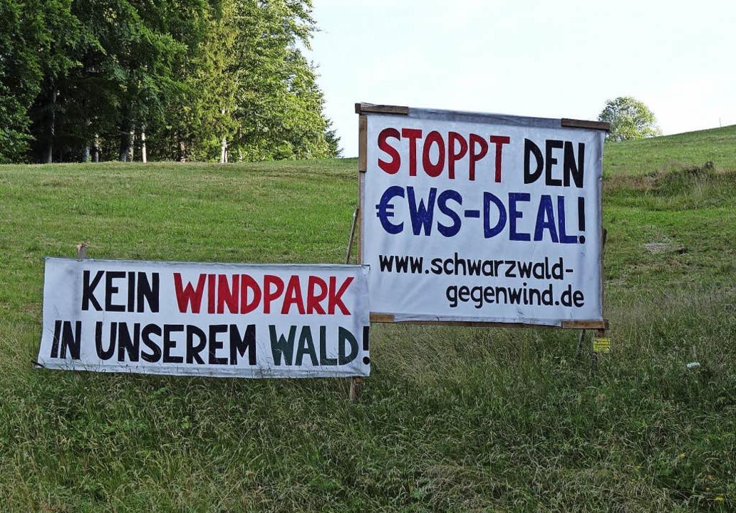 Auch bei Böllen sind Plakate der Windkraftgegner zu beobachten.   | Foto: Gudrun Gehr