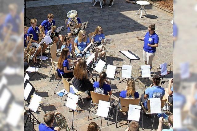 Konzert im Freien lockt viele Zuhörer an