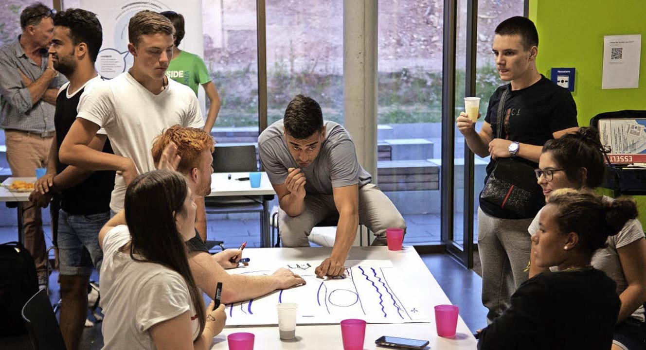 Die Jugendlichen diskutieren Ideen für ein lebenswerteres Lörrach.   | Foto: Ansgar Taschinski