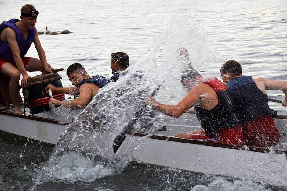 Begeisterte Zuschauer feuerten 24 Fun-Teams, acht Herren- und 15 Mixed-Mannschaften in den Drachenbooten bei den Rheinstromtagen in Schwörstadt an. (Foto: Hildegard Siebold)