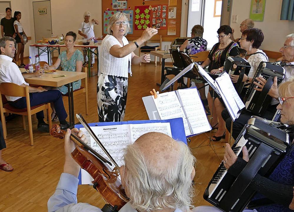Das Bad Säckinger Orchester Spätlese u...e zum evangelischen Gemeindefest auf.   | Foto: Hrvoje Miloslavic