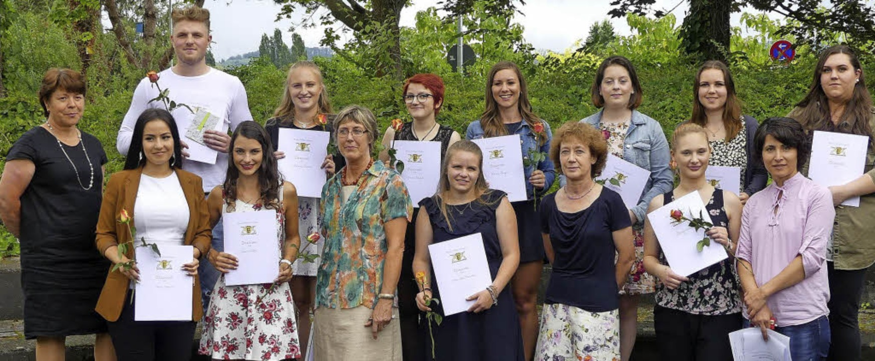 <BZ-FotoAnlauf>Furtwängler-Schule: </B...nen des BKFH und BAL mit Lehrerinnen.   | Foto: Schule