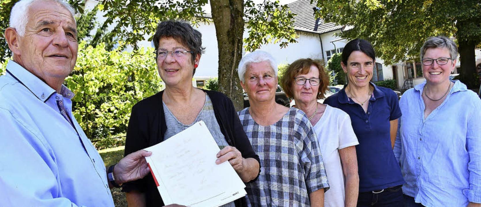 Die GEW-Kreisvorsitzende Anja Hanke (r...e Resolution an Rainer Stickelberger.     Foto: Barbara Ruda