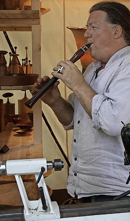 Andreas Zimmermann entlockt seiner Holzkunst bisweilen auch Töne    Foto: Hans Jürgen Kugler
