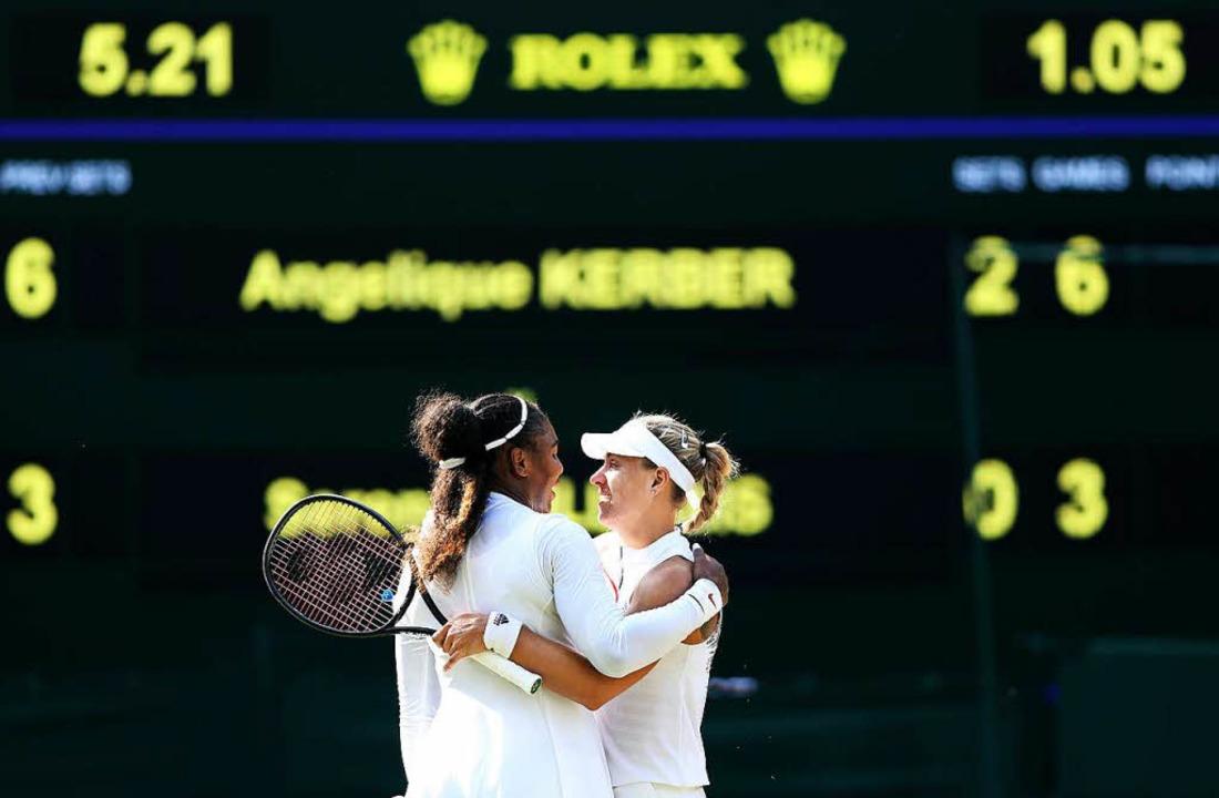 Die unterlegene Serena Williams gratuliert der Gewinnerin.  | Foto: dpa