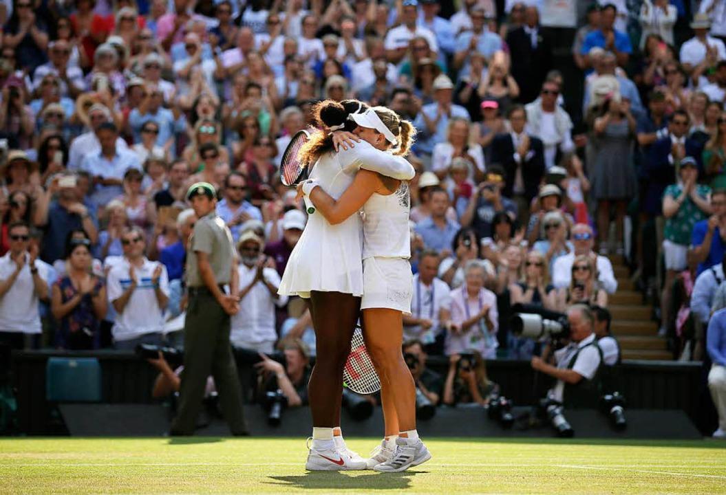 Angelique Kerber (r) umarmt nach ihrem Sieg ihre Gegnerin Serena Williams.  | Foto: dpa