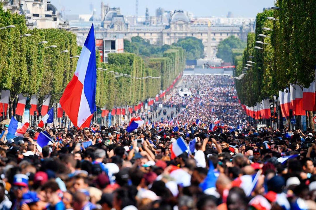 Zusammenstehen hinter Blau-Weiß-Rot: A...ausende auf die Weltmeistermannschaft.  | Foto: AFP