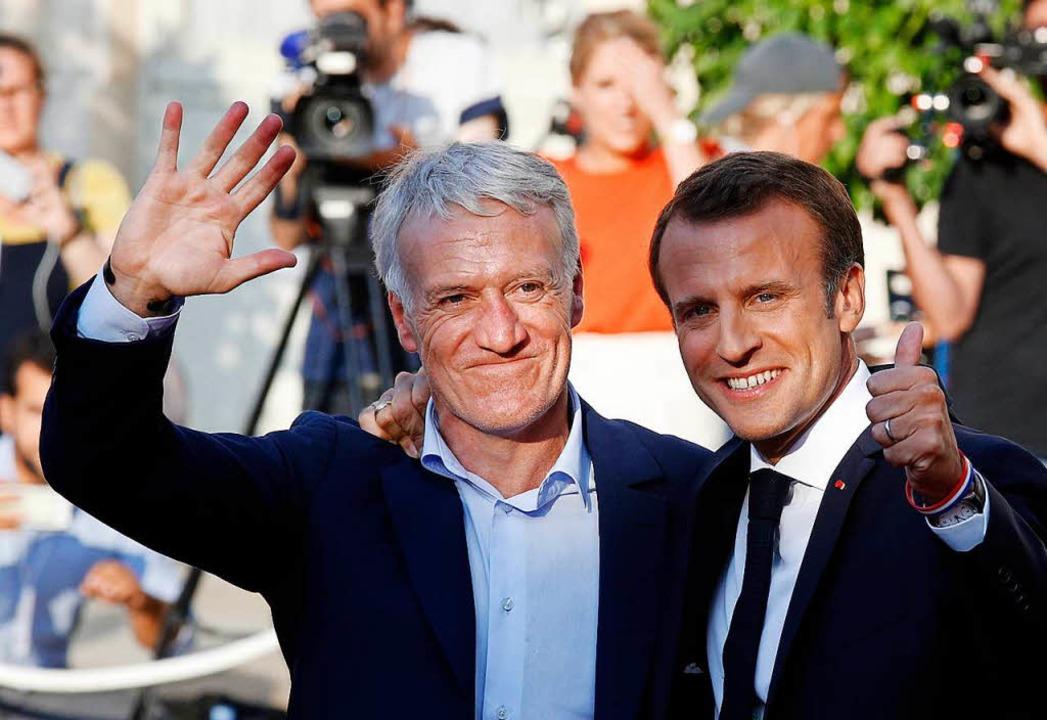 Emmanuel Macron (r), Präsident von Fra...Didier Deschamps, der Nationaltrainer.  | Foto: dpa
