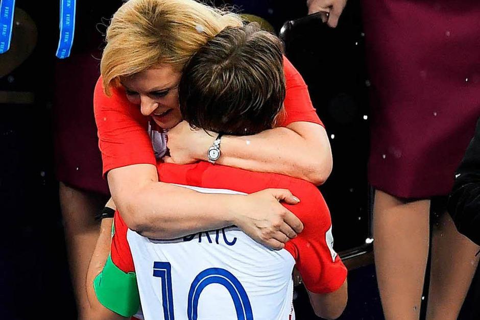 Bei der Siegerehrung umarmte Grabar-Kitarovic Kroatiens Spielmacher Modric – als sei er ihr Sohn. (Foto: AFP)