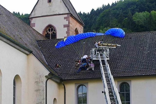 16-Jähriger landet bei Jungfernflug mit Gleitschirm auf Kirchendach von Mühlenbach