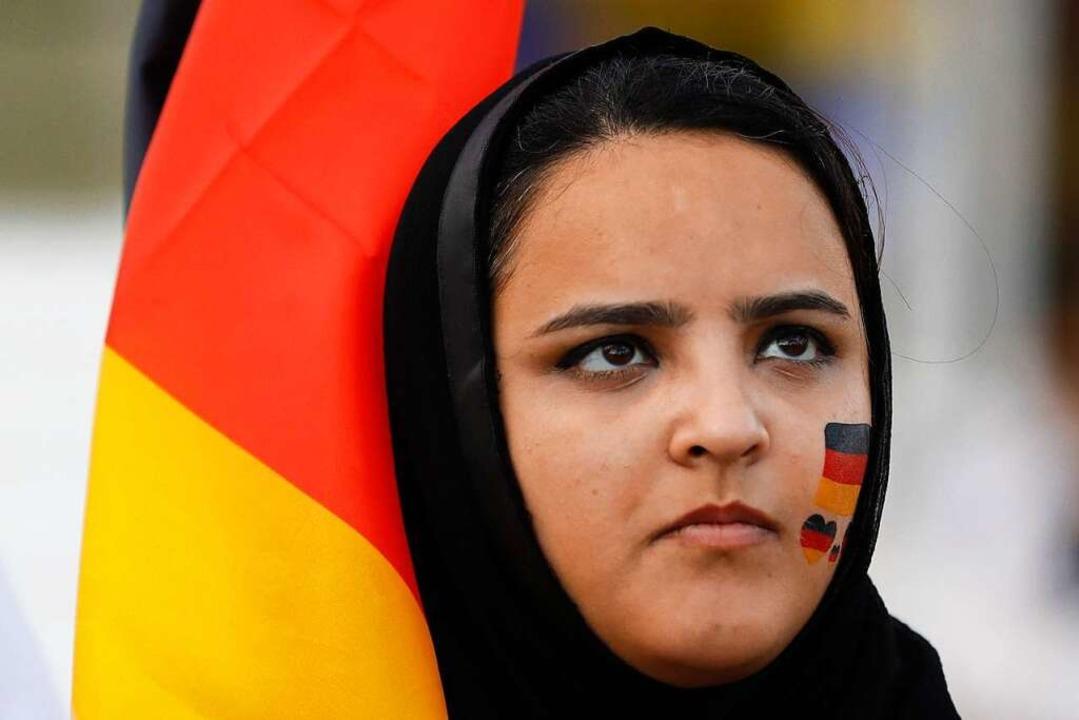 Diese Muslimin trägt Kopftusch und ist Deutschland-Fan.    Foto: dpa