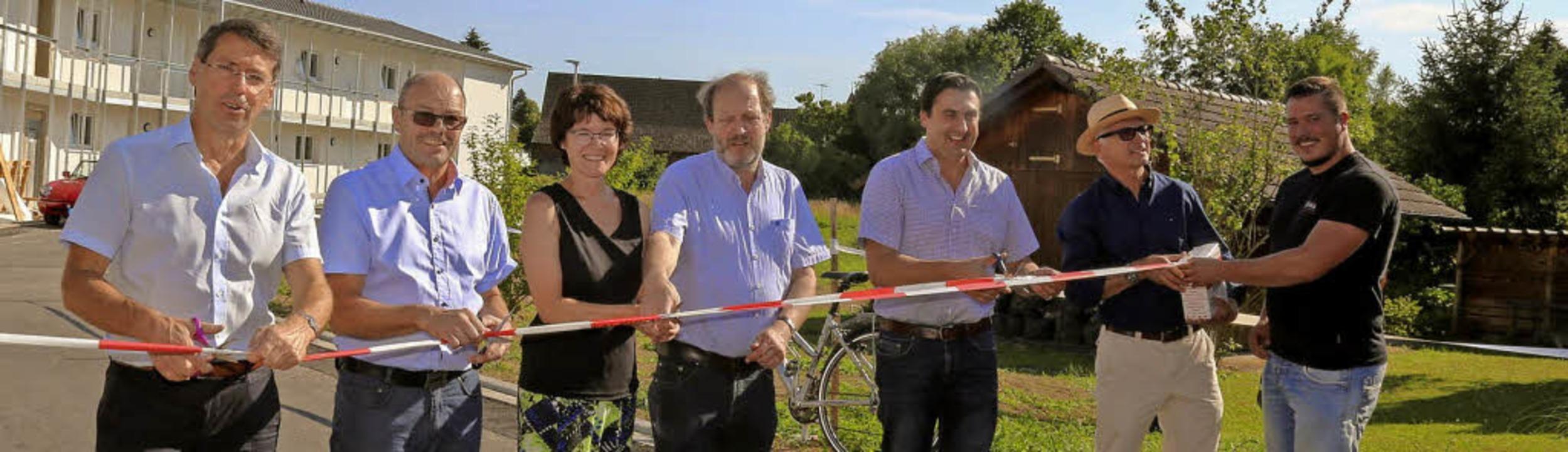 Das Absperrband ist durchschnitten, je...uch Bürgermeister Bruno Metz (links).   | Foto: Sandra Decoux-Kone
