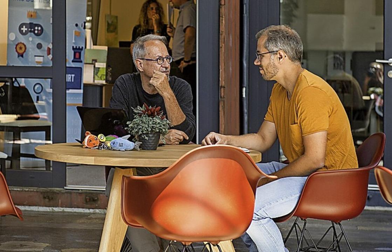 Die Mieter Matthias Kneusslin (l.) und Paritosha Kobbe im Café  | Foto: Daniel Schoenen