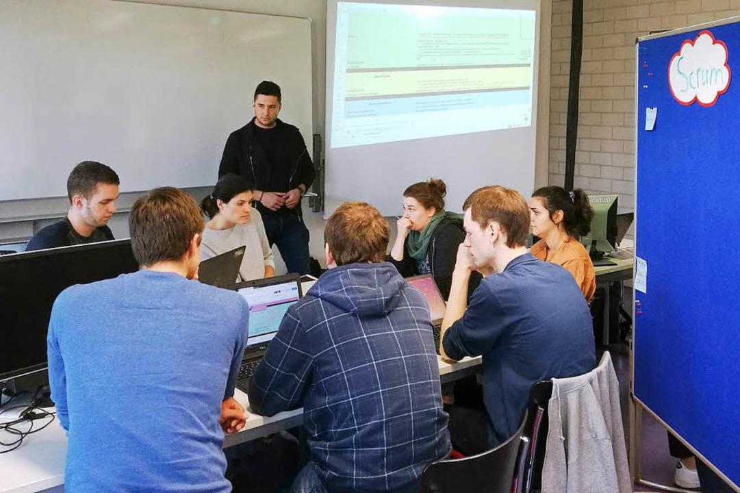 Studierende der DHBW Lörrach und der U...sel bei der gemeinsamen Projektarbeit.  | Foto: Frank Maier