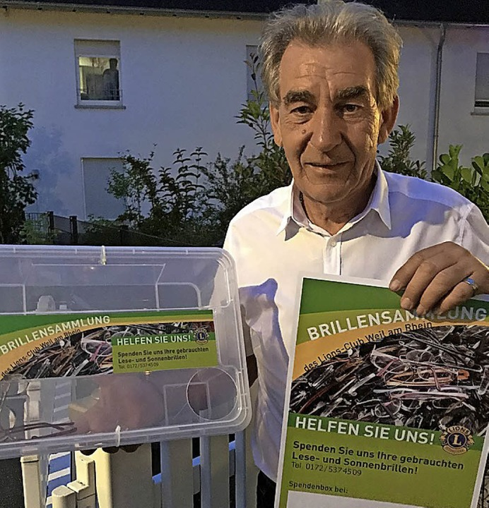 Der Präsident des Weiler Lions Clubs, ...arté, mit Brillensammelbox und Plakat.  | Foto: Zeller