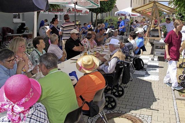 Senioren und Gäste feiern