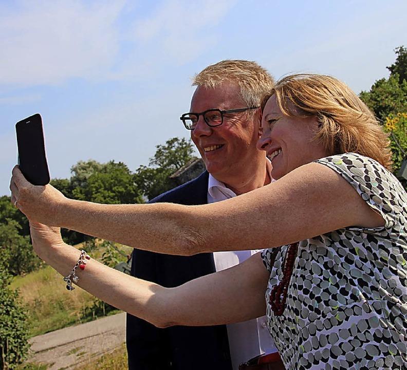 Kerstin Andreae mit Gottenheims  Bürgermeister Christian Riesterer    | Foto: Schö