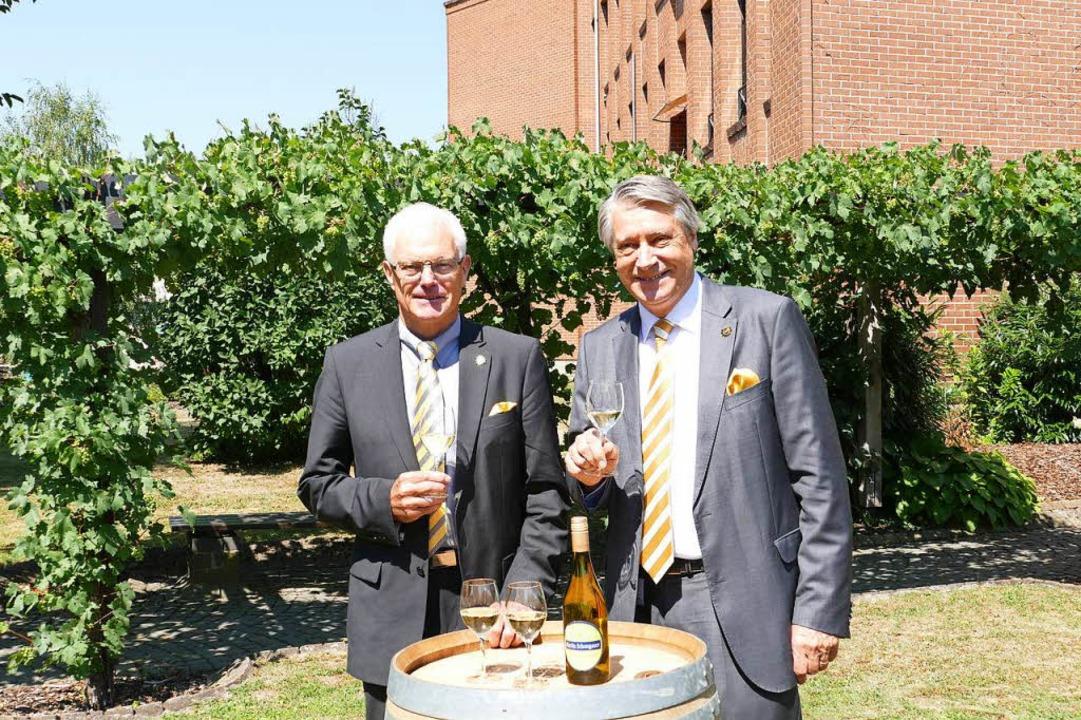 Peter Schuster (rechts), Vorstandsvors... über den Aufschwung des Unternehmens.    Foto: Gerold Zink