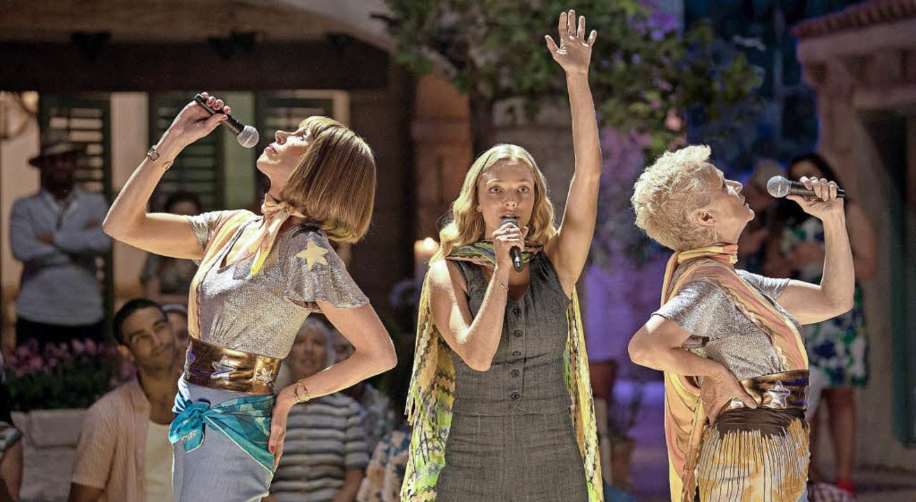 Da sind sie wieder: Christine Baranski, Amanda Seyfried und Julie Walters     Foto: Universal Pictures/dpa