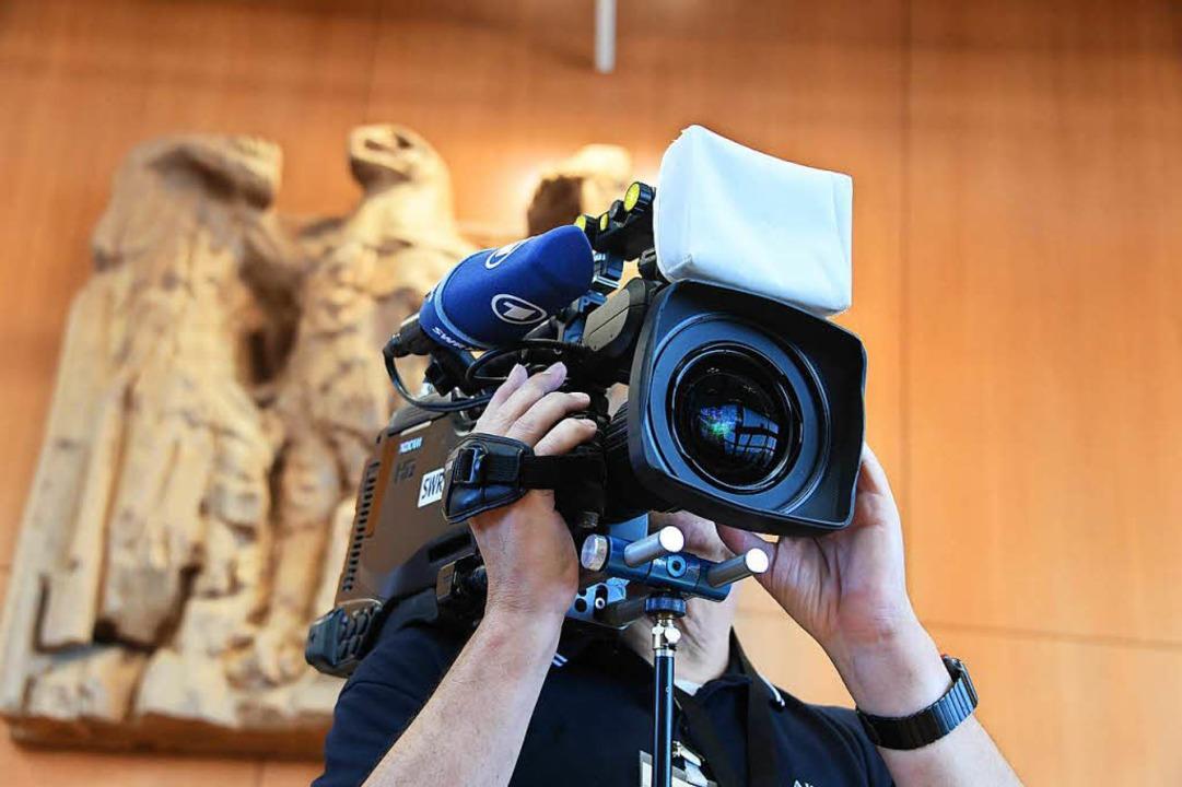 Ein Kameramann des SWR filmt am Mittwo...n grundsätzlich für zulässig erklärt.   | Foto: dpa