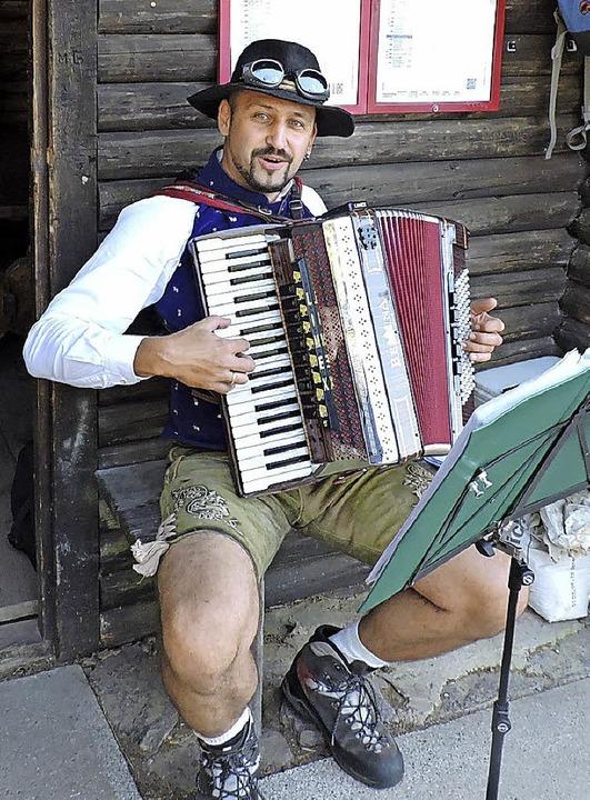 Thomas Joos, Sohn des Wanderführers Fridolin Joos, spielte auf dem Kapf auf.  | Foto: Sylvia Sredniawa