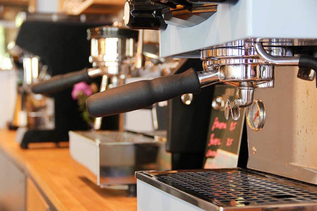 Im Café stehen verschiedene Kaffeemaschinen, die man ausprobieren kann.  | Foto: Felix Klingel