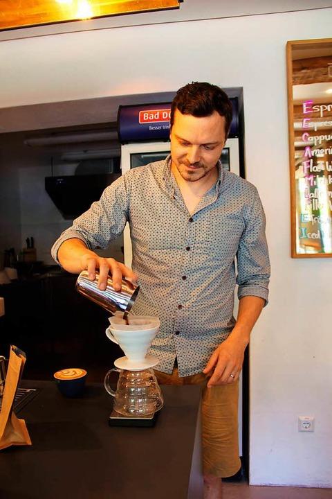 Betreiber Philip Weller bei der Zubereitung eines Filterkaffees  | Foto: Felix Klingel