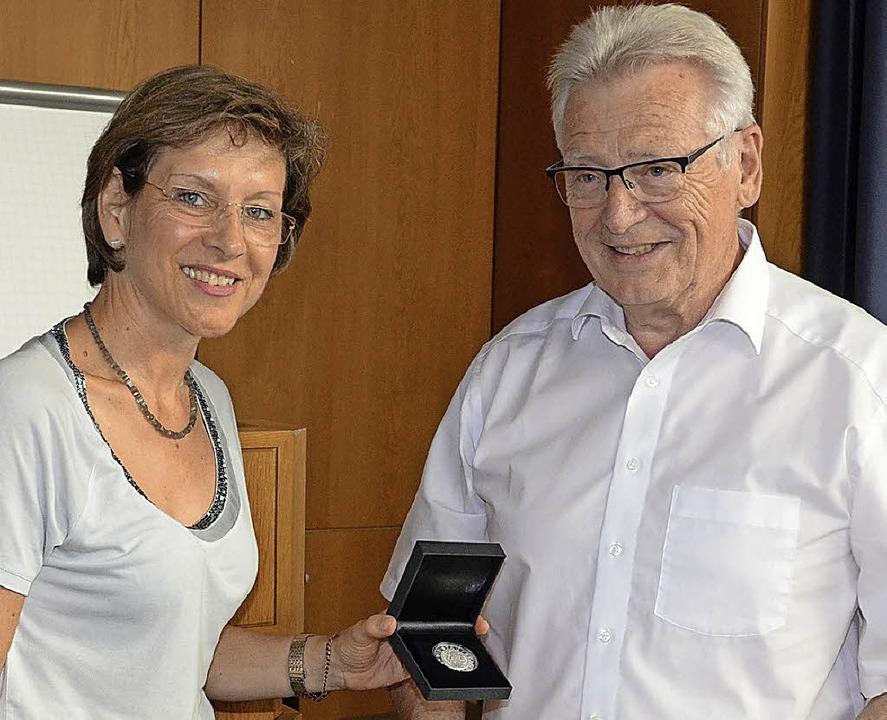 Marion Dammann überreichte Heinz Intveen die Staufermedaille.   | Foto: Daniel Gramespacher