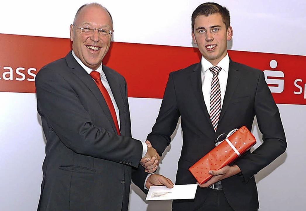 Sparkassenchef Theo Binninger freut si...uknecht (rechts) übergeben zu können.   | Foto: Köpfler
