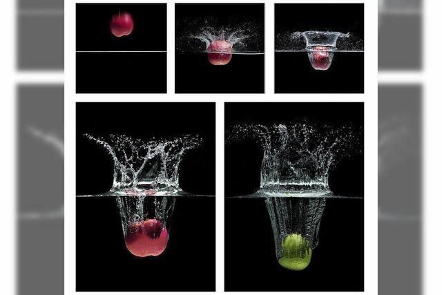 Ein Apfel fällt ins Wasser