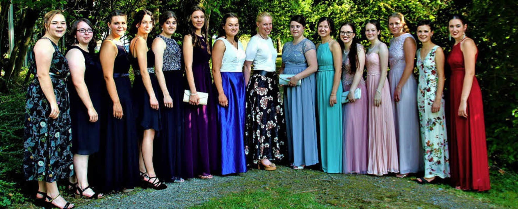 Die Absolventinnen der Maria-Furtwängl...lassenlehrerin Anuschka Winter (Mitte)  | Foto: schule