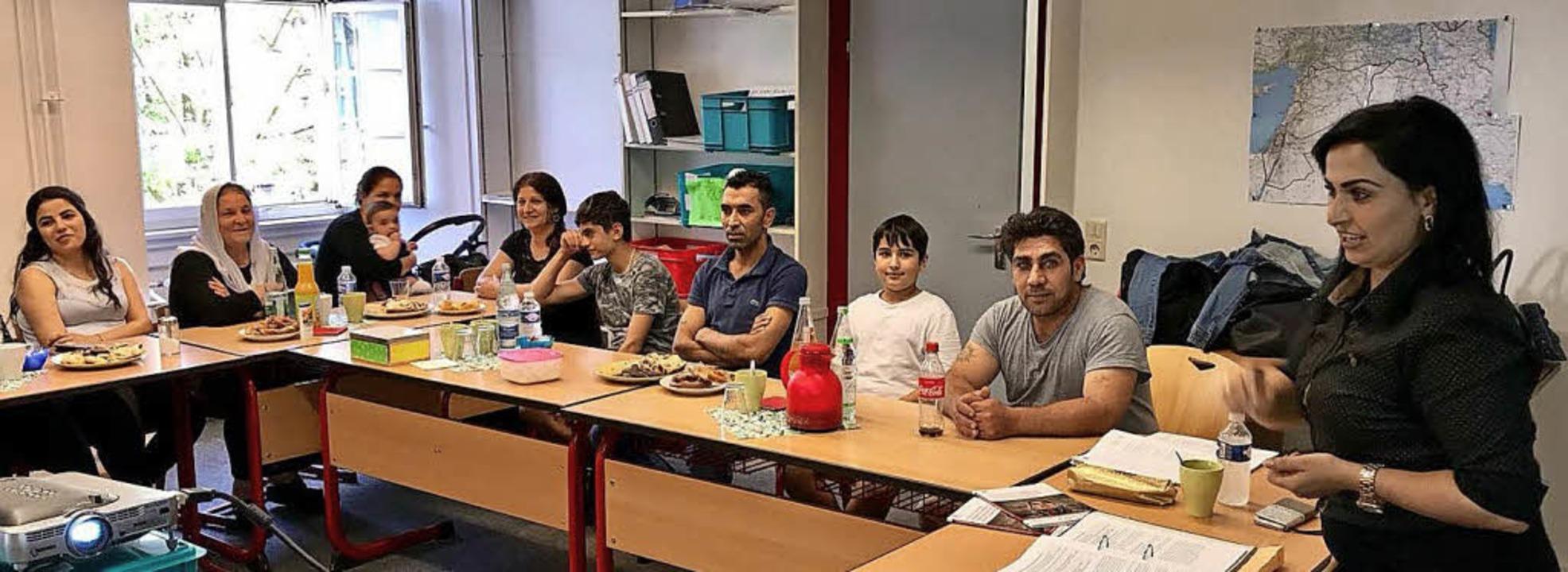 Sonya Shamsani (rechts) erklärt auf Kurdisch das deutsche Gesundheitssystem.     Foto: Stadt
