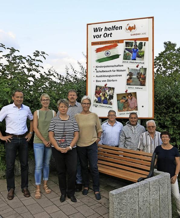 Ein neues Großplakat oberhalb der Grun...ster (Vorsitzender) und Jutta Gerber.     Foto: Erhard Morath