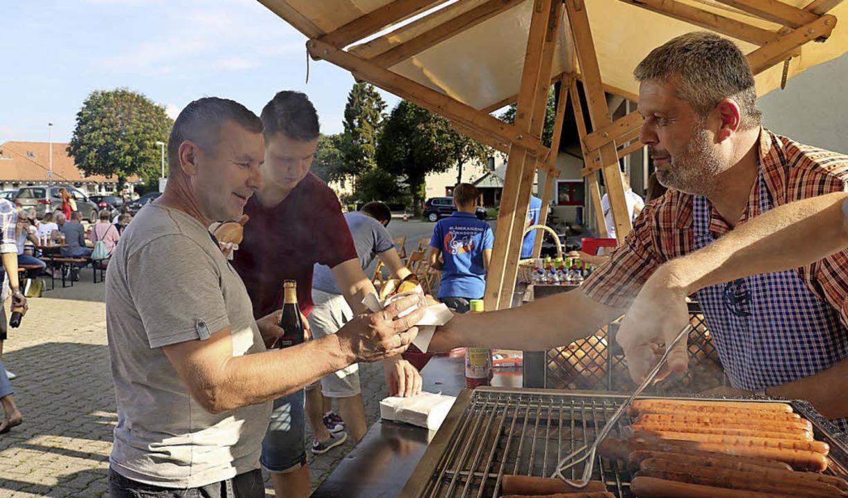 Bürgermeister Michael Scharf und Haupt... die polnischen Migranten zu bewirten.  | Foto: Martha Weishaar