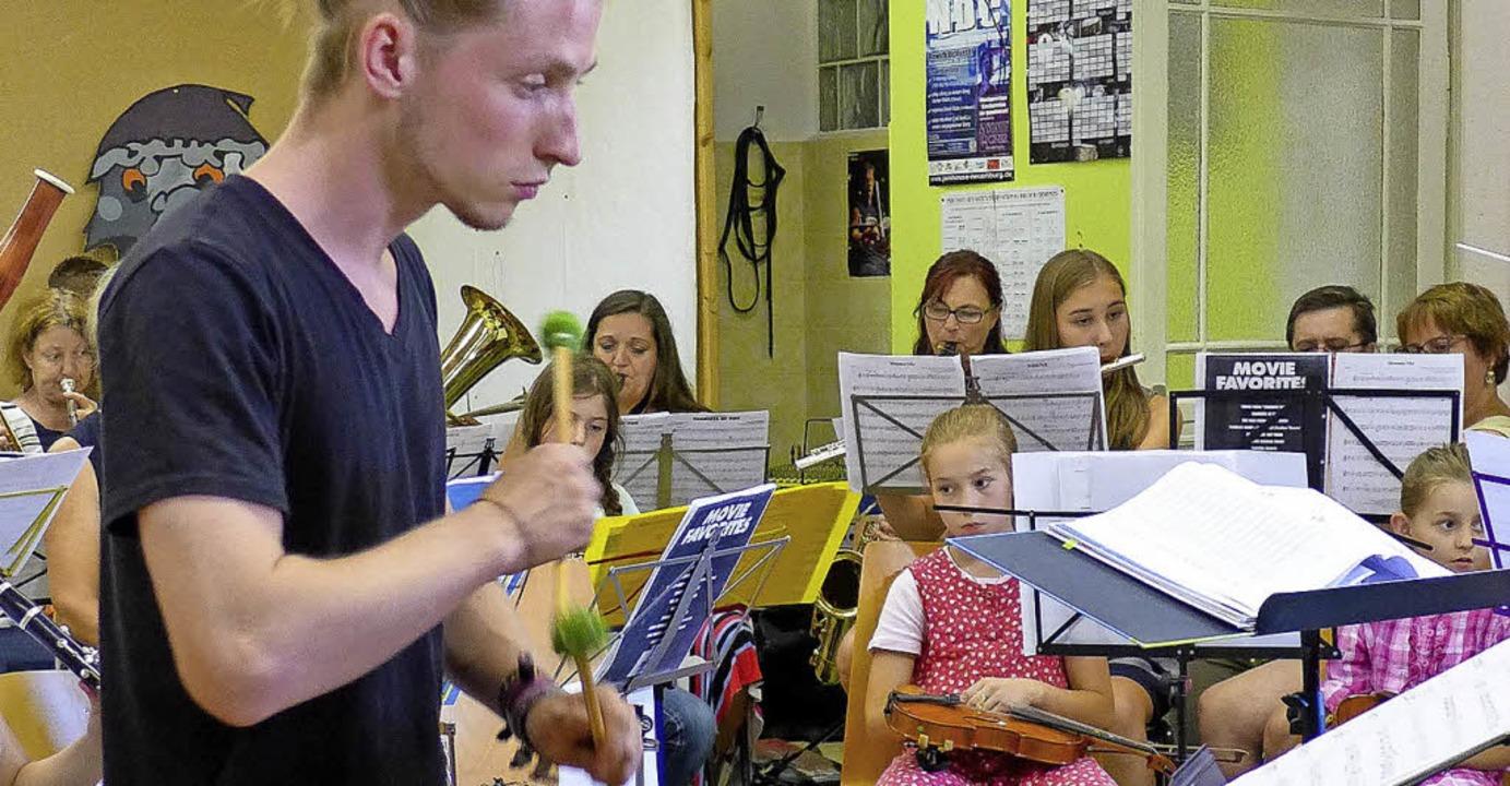 Schlagzeuglehrer Philipp Noske  führte...reismitteln finanzierte Xylophon vor.   | Foto: Ute Schöler