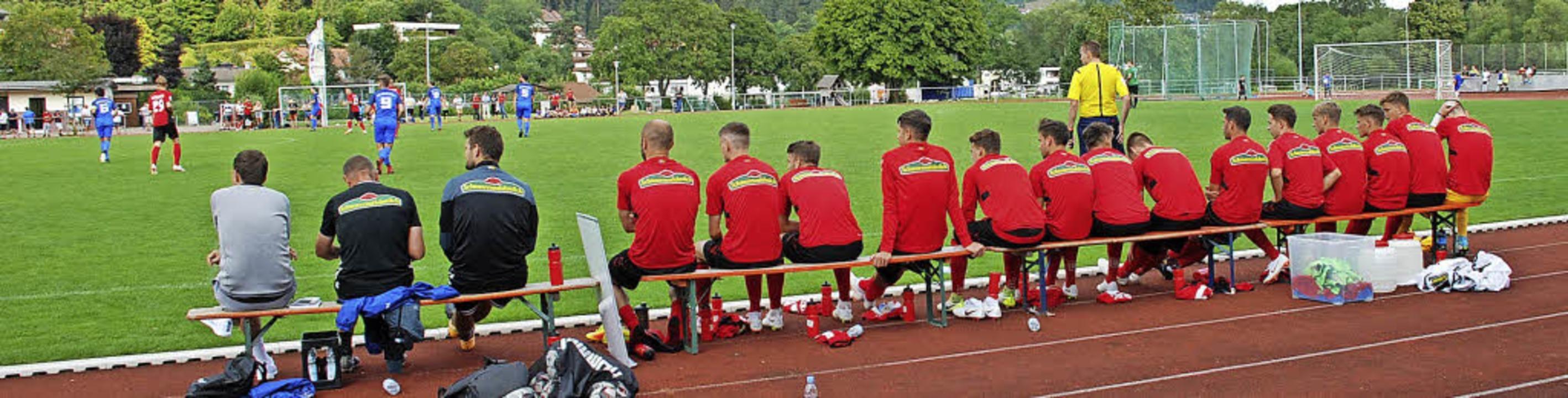 Traumhafte Kaderbedingungen: SC-Traine...Co-Trainer und der Coach der Torhüter.    Foto: Ruoff