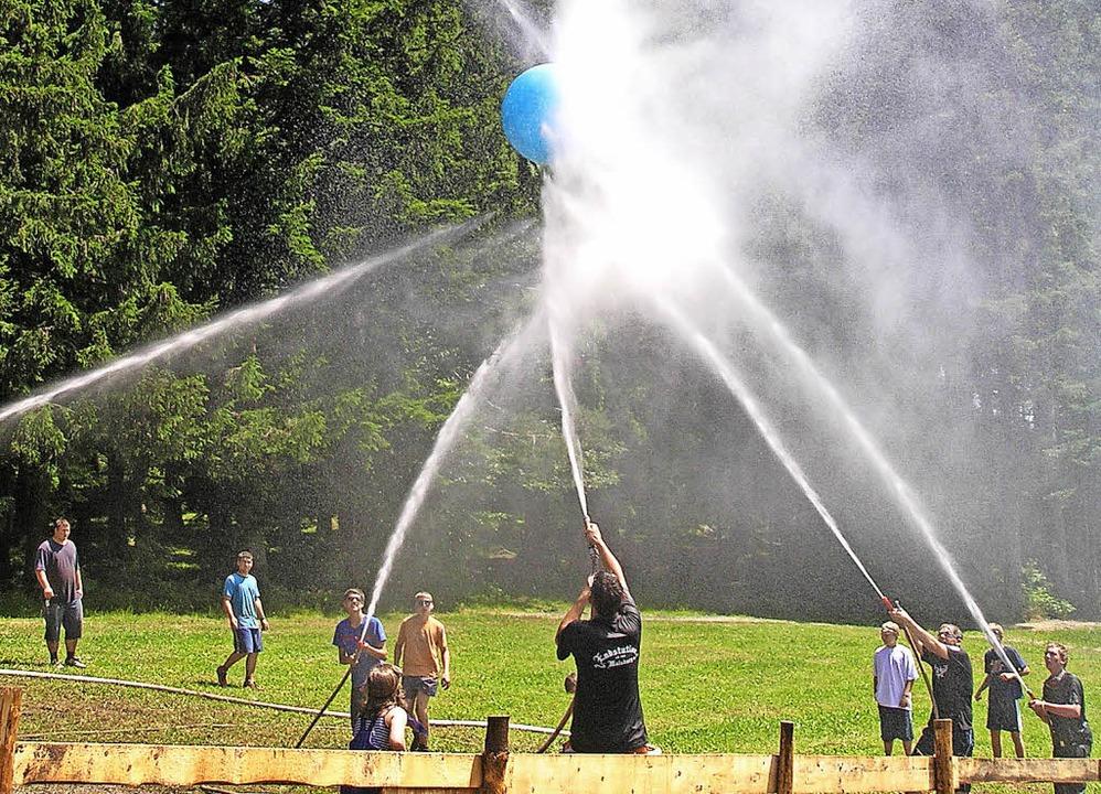 In Sallneck veranstaltet die Feuerwehr...nde eine zweitägige Wasserball-Gaudi.     Foto: Feuerwehr Sallneck