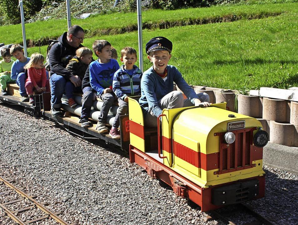 In Hasel dürfen Kinder bis sechs Jahre...nde mit der Liliput-Eisenbahn drehen.     Foto: privat