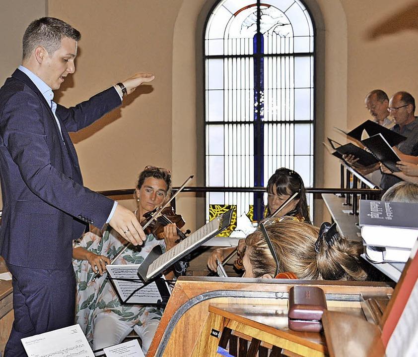 Dirigent Andreas Mölder und die Konzer...bei der Aufführung der Nicolai-Messe.     Foto: Georg Diehl