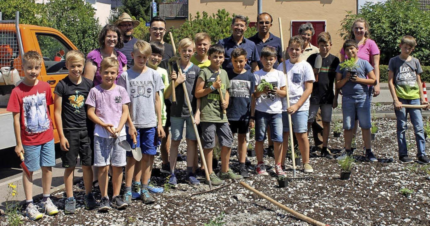 Schülerinnen und Schüler haben dem Bauhof geholfen.   | Foto: Stadt