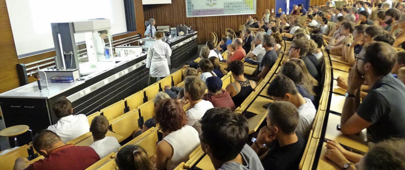 Gymnasiasten verfolgen im Hörsaal die ...sveranstaltung des Freiburg-Seminars.   | Foto: Lena Roser