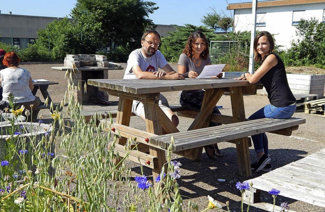 Teamarbeit im Freien: Leiterin Diana K...schaftsunterkunft  an der Römerstraße.    Foto: Claudia Gempp