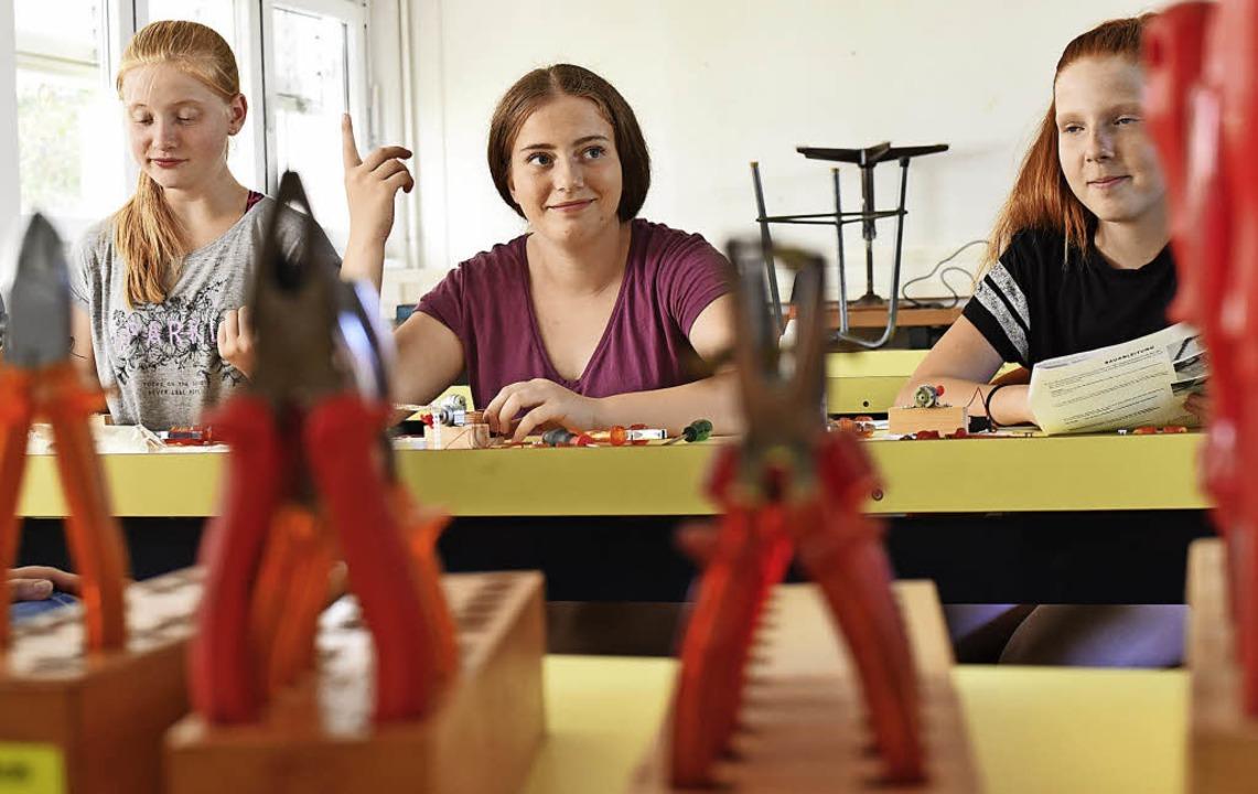 Zangen und Schraubendreher sind für si...big, Vanessa Schneider und Lana Lentzy  | Foto: Jonas Hirt