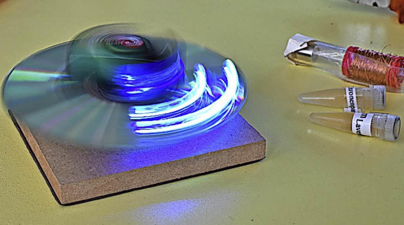 Eine  CD, Parfum  und eine Schütteltaschenlampe haben die Mädchen hergestellt.  | Foto: Jonas Hirt