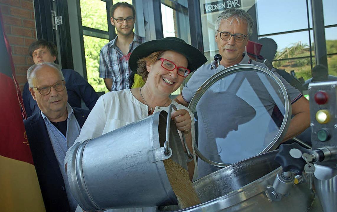 Kulturchefin Carmen Lötsch waltet mit ...hen Narrenzunft (rechts) assistieren.   | Foto: Ralf Burgmaier