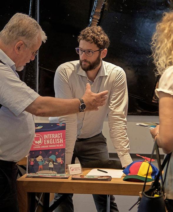 Justin Beard stellt beim Pädagogischen...das Programm von Interact English vor.    Foto: Ansgar Taschinski