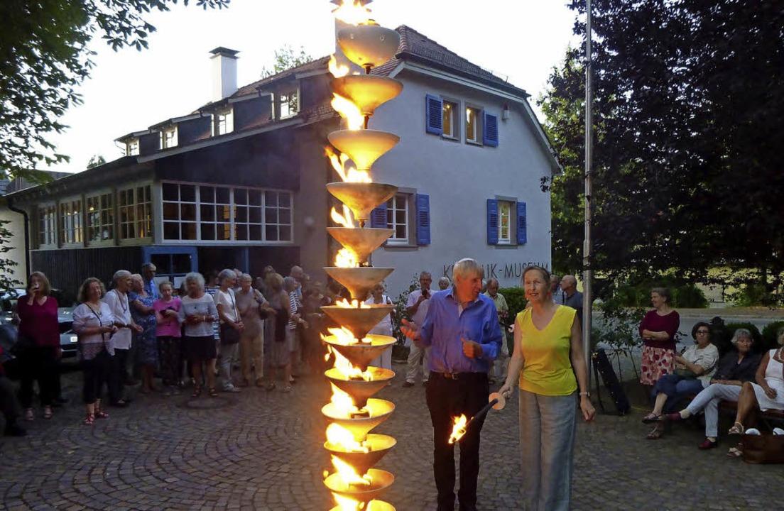 Mit dem Entzünden einer  Feuersäule vo... und Aktionstagen besonders feierlich.  | Foto: Anne Freyer