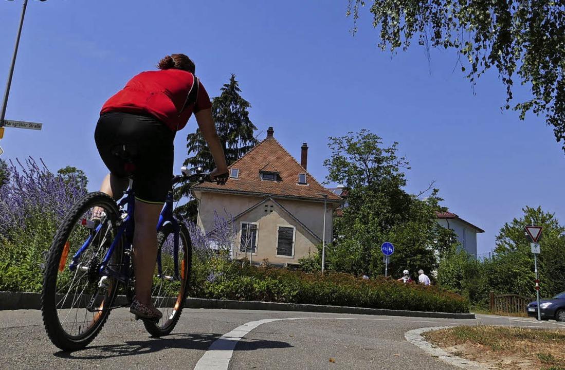 Kurven wie hier bei Haltingen müssten ...esbeamter Ulrich Hoehler (von links).   | Foto: Willi Adam