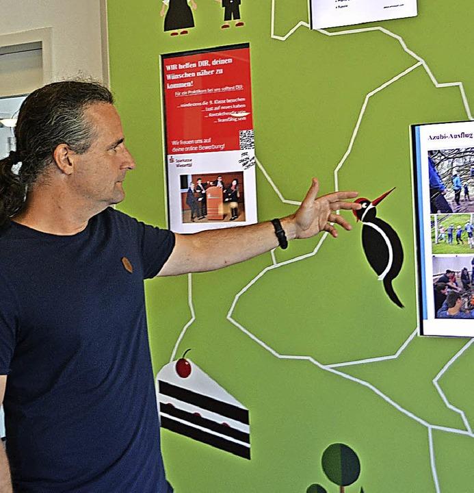 Viele Wege führen zum Ziel. Gemeinschaftskundelehrer Markus Renner zeigt, wie.     Foto: Berger