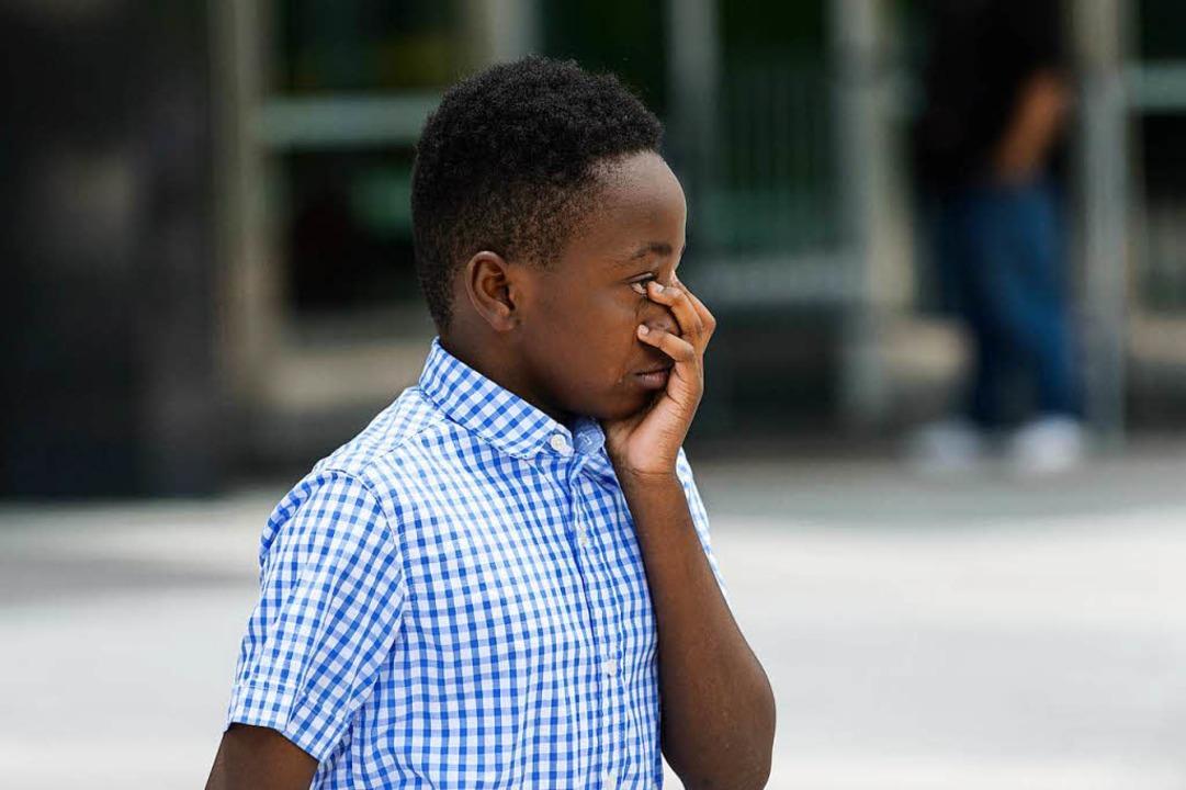 Florida: Ein Junge weint um den Rapper...n der Halle hinter ihm aufgebahrt ist.    Foto: Jason Koerner